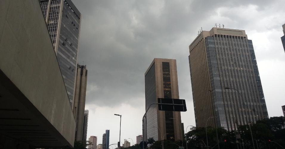 7.mar.2013 - Nuvens de chuva encobrem o céu na região de Pinheiros, zona oeste de São Paulo, na tarde desta quinta-feira (7)