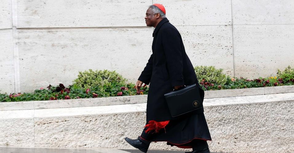 7.mar.2013 - O cardeal Peter Kodwo Appiah Turkson (Gana) chega ao Vaticano para participar de quinta congregação geral preparatória para o conclave que elegerá o sucessor de Bento 16