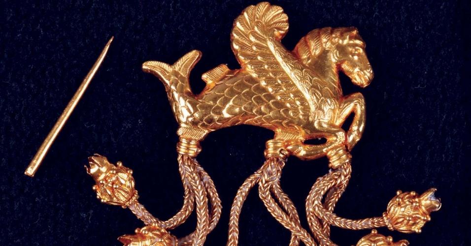 7.mar.2013 - O ministério da Cultura da Turquia anunciou que recuperou uma das joias do tesouro do rei Creso, que governou entre 560 e 546 antes de Cristo, que tem mais de 2.600 anos. O broche de ouro - que representa uma criatura alada, cauda de peixe e cabeça de cavalo - foi roubado de um museu em 2005 e devolvido por autoridades do governo da Alemanha