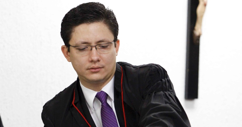 7.mar.2013 - O promotor Henry Wagner durante o julgamento do ex-goleiro Bruno Fernandes de Souza, no Fórum Pedro Aleixo, em Contagem (MG)