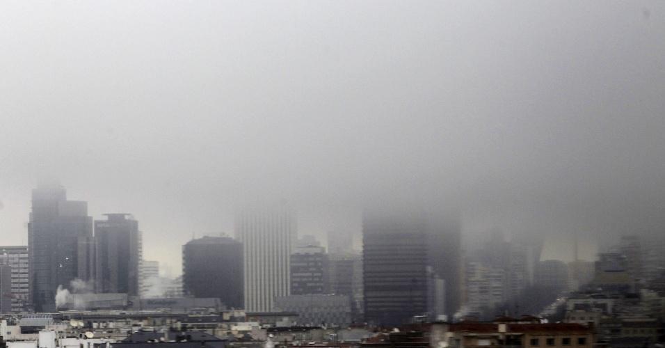 7.mar.2013 - Prédios da zona empresarial de Azca, em Madri, são encobertos por uma forte neblina que cobre a capital espanhola na manhã desta quinta (7)