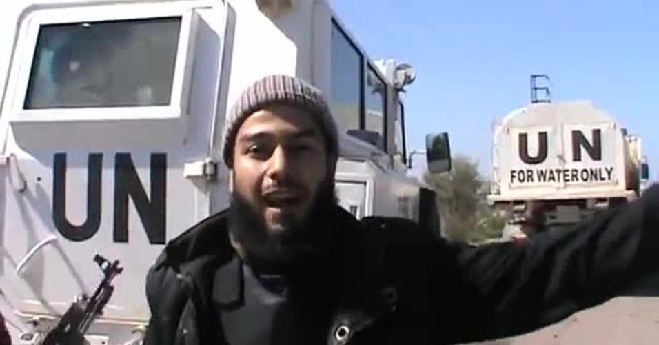 7.mar.2013 - Rebeldes sírios armados capturam veículos da ONU nas colinas de Golã, divisa do país com Israel, em vídeo postado no Youtube cuja autenticidade ainda não foi confirmada. Segundo a Organização das Nações Unidas, 21 soldados de sua força de paz na Síria foram capturados no país