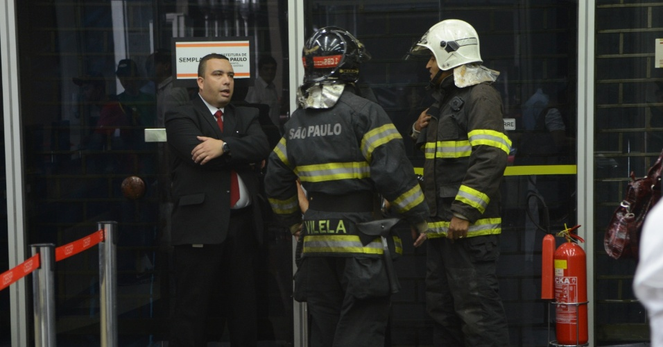 7.mar.2013 - Suspeita de bomba leva policiais ao condomínio Grande São Paulo, onde funciona a Secretaria de Coordenação das Subprefeituras de São Paulo, na região central da cidade. Segundo os bombeiros e assessoria de imprensa da polícia, há reféns no local