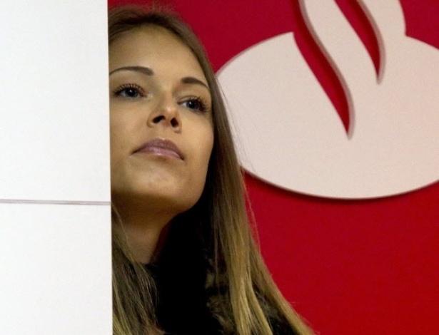 04.mar.2013 - Dasha Kapustina, namorada de Fernando Alonso, acompanha o piloto em coletiva de imprensa da Ferrari