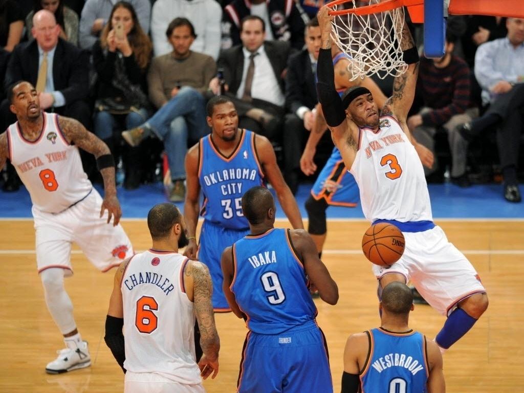 07.mar.2013 - O experiente Kenyon Martin dá bela enterrada durante a partida entre Knicks e Thunder, vencida pelo time de Oklahoma por apertados 95 a 94