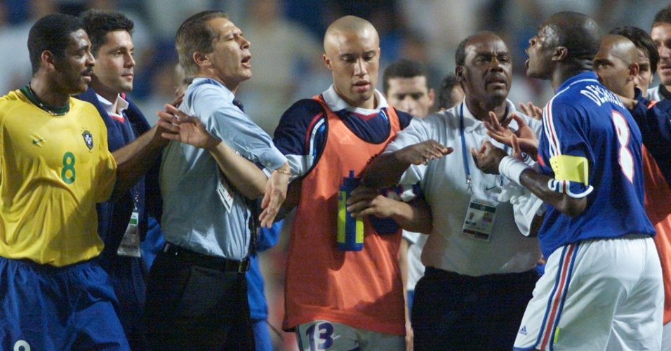 08.mar.2013 - Emerson Leão e Vampeta discutem com o francês Desailly durante a Copa das Confederações de 2001