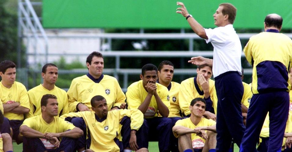 08.mar.2013 - Emerson Leão orienta a seleção brasileira durante treino na Copa das Confederações de 2001