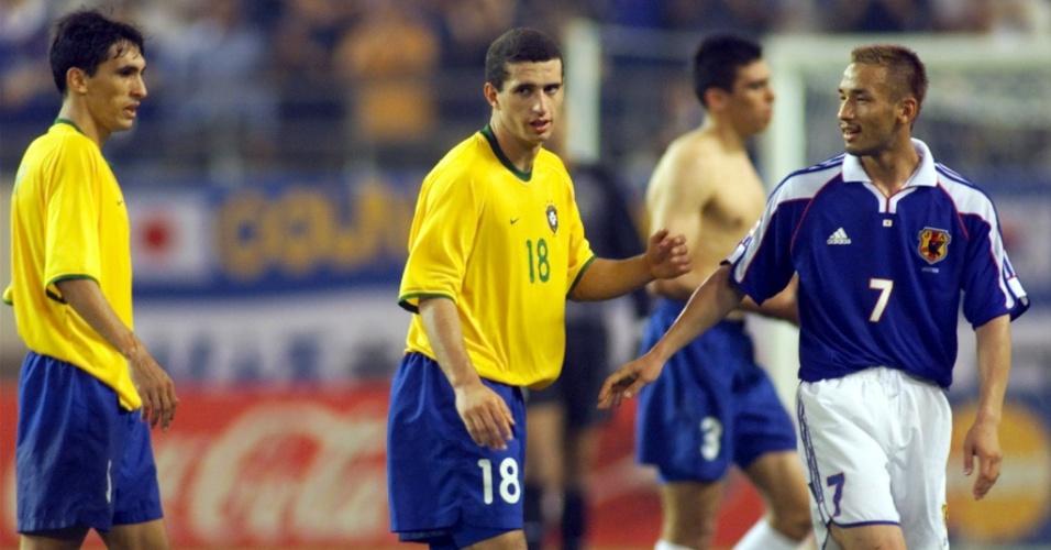 08.mar.2013 - Fábio Rochemback e Leomar ao lado do japonês Hidetoshi Nakata na Copa das Confederações de 2001