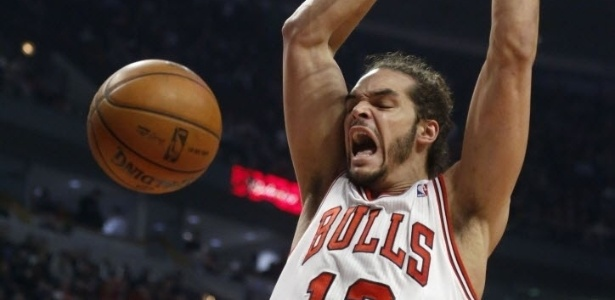 08.mar.2013 - Joakim Noah enterra bola na partida entre Chicago Bulls e Utah Jazz pela NBA