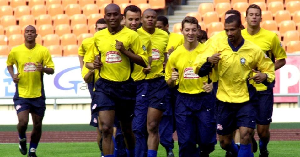 08.mar.2013 - Jogadores da seleção brasileira treinam para partida contra a França na Copa das Confederações de 2001