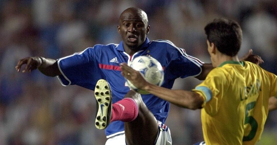 08.mar.2013 - Leomar disputa posse de bola com Patrick Vieira durante a Copa das Confederações de 2001
