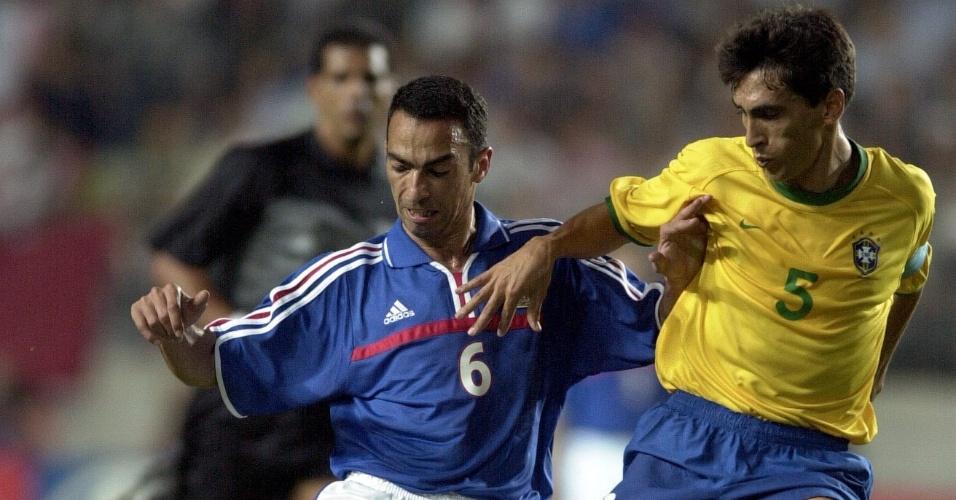 08.mar.2013 - Leomar tenta desarmar o francês Djorkaeff durante a Copa das Confederações de 2001