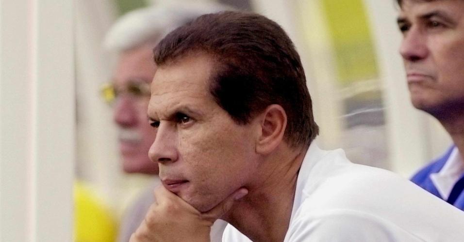 08.mar.2013 - O técnico Emerson Leão olha o treino do time antes da disputa de terceiro lugar com a Austrália na Copa das Confederações