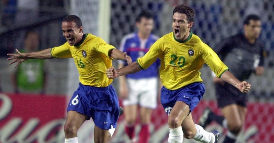 08.mar.2013 - Ramon e Leo comemoram gol da seleção brasileira sobre a França na Copa das Confederações de 2001