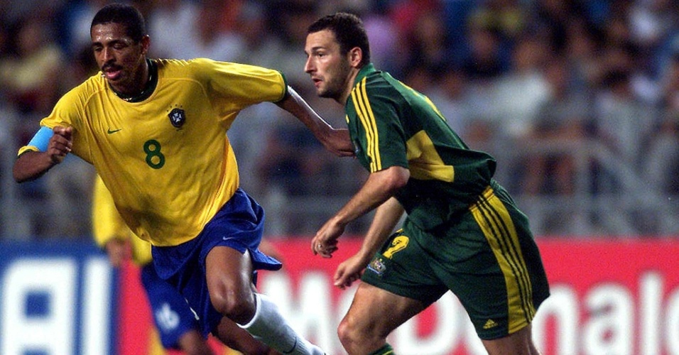 08.mar.2013 - Vampeta tenta marcar jogador australiano durante partida válida pela Copa das Confederações de 2001