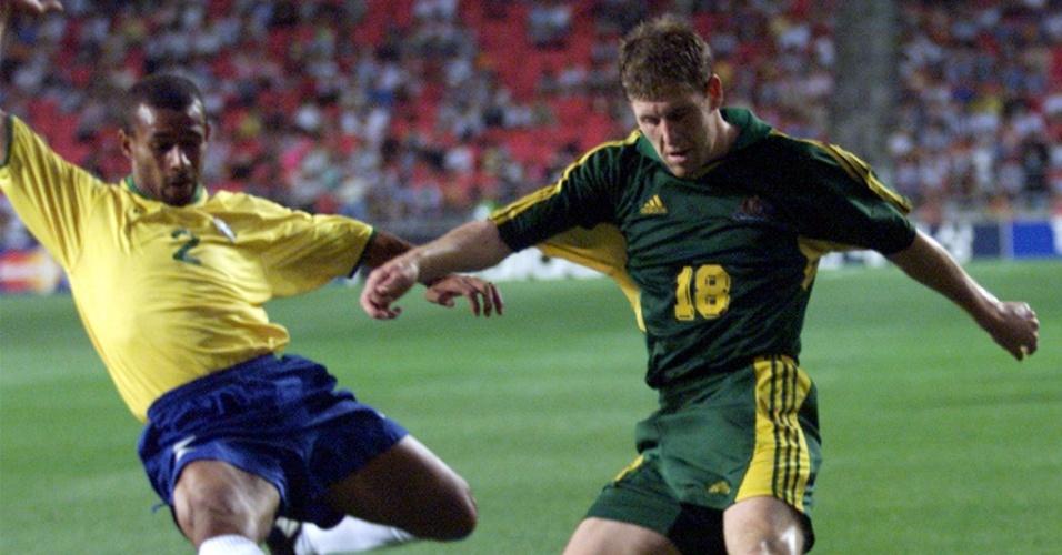 08.mar.2013 - Zé Maria, lateral da seleção, tenta cortar o cruzamento do australiano Scott Chipperfield durante jogo da Copa das Confederações de 2001