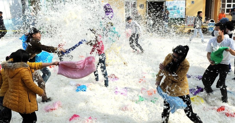 7.mar.2013 - Chineses fazem uma guerra de travesseiros em celebração pelo Dia das Mulheres na cidade de Changsha, no sudoeste da China