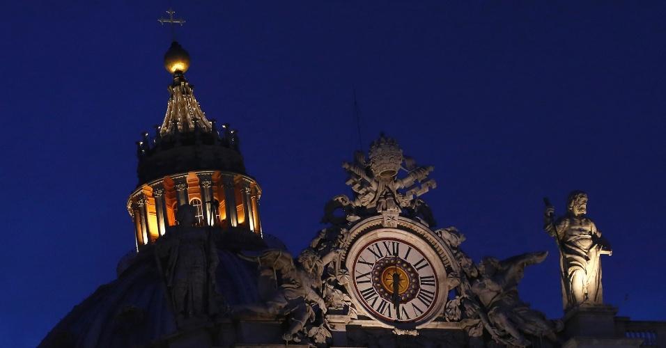 7.mar.2013 - Há uma semana da renuncia do papa Bento 16, Vaticano vive sob a sobra dos escândalos do Vatileaks em meios as reuniões preparatórias para o conclave que vai eleger o novo papa. Na foto, a Basílica de São Pedro