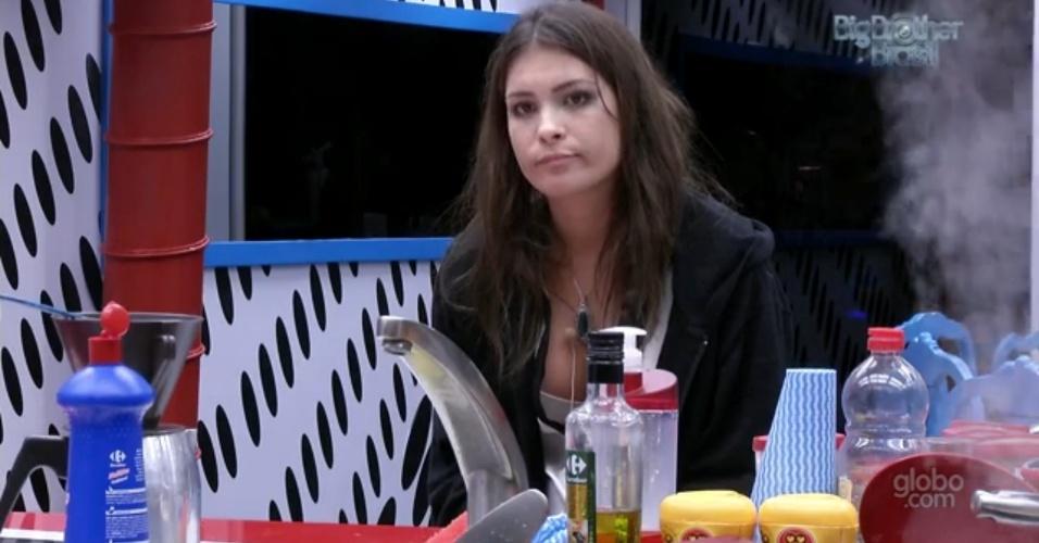 7.mar.2013 - Kamilla critica Nasser para Fani, mas sister desvia do assunto