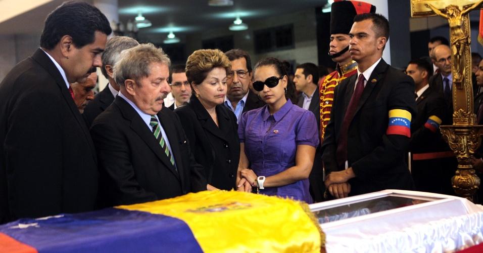7.mar.2013 - O ex-presidente Lula e a presidente Dilma Rousseff, ao lado do presidente interino venezuelano, Nicolás Maduro (à esquerda), e da filha de Dilma, Rosa Virginia, comparecem ao funeral do presidente Hugo Chávez, morto nesta terça-feira (5)