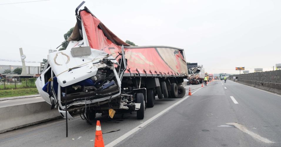 8.mar.2013 - Um acidente envolvendo caminhões e carros no km 222 da pista expressa da  rodovia Dutra, sentido São Paulo, deixou pelo menos uma pessoa morta. Não se sabe ainda qual a causa do acidente