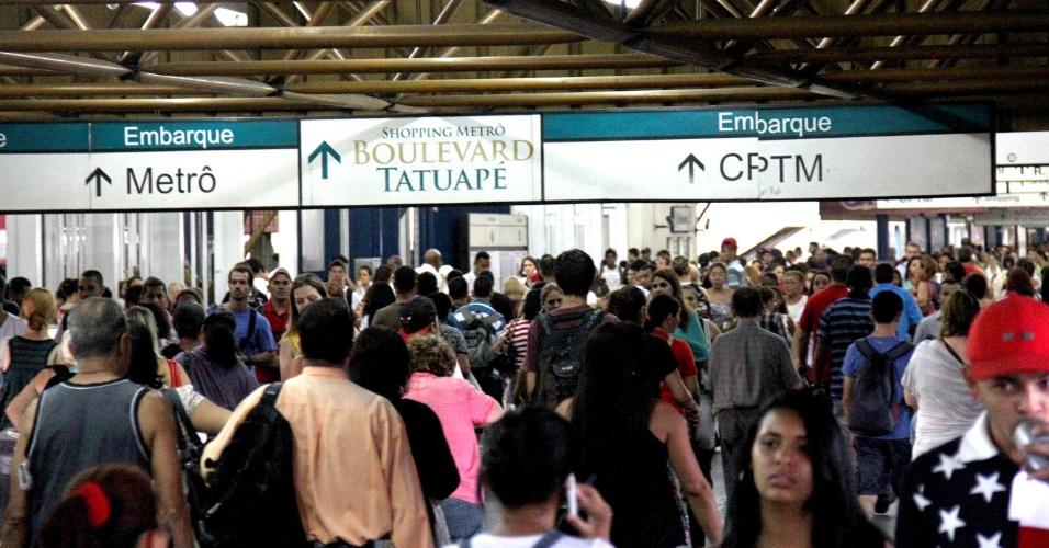 8.mar.2013 - A estação Tatuapé em São Paulo (SP) apresenta superlotação na noite desta sexta-feira, após um raio atingir a fiação da linha 12 da CPTM, provocando atrasos nos trens
