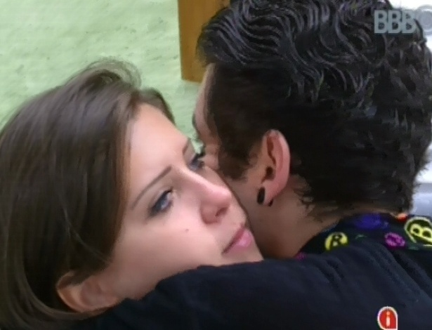 8.mar.2013 - Andressa e Nasser se abraçam após Fernanda se tornar líder em prova de resistência