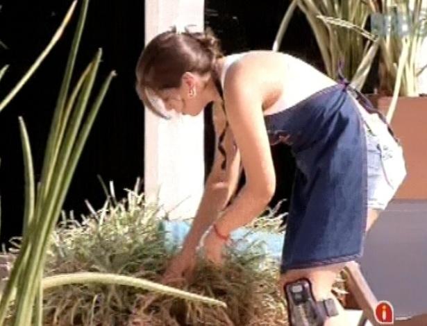 8.mar.2013 - Andressa procura chave para abrir caixa de pandora
