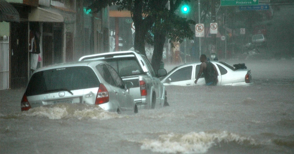 8.mar.2013 - Chuva causa alagamento na região da Vila Pompeia, zona oeste de São Paulo (SP), nesta sexta-feira