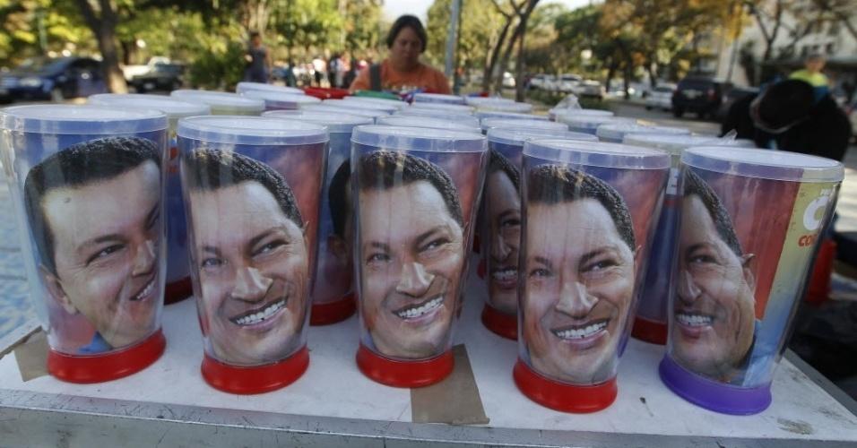 8.mar.2013 - Copos com o rosto de Hugo Chávez são vendidos nas ruas de Caracas, na Venezuela. Uma multidão aguarda a chance de dar adeus a Chávez, que está sendo velado na Academia Militar. O governo governo calcula que mais de 2 milhões de pessoas se mobilizaram no país para prestar a última homenagem ao presidente