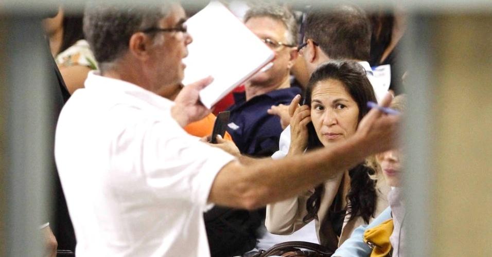 8.mar.2013 - Dona Sonia, mãe de Eliza Samudio, aguarda na sala do tribunal do júri do fórum de Contagem (MG) a sentença de Bruno Fernandes. Bruno foi condenado a 22 anos três meses de prisão