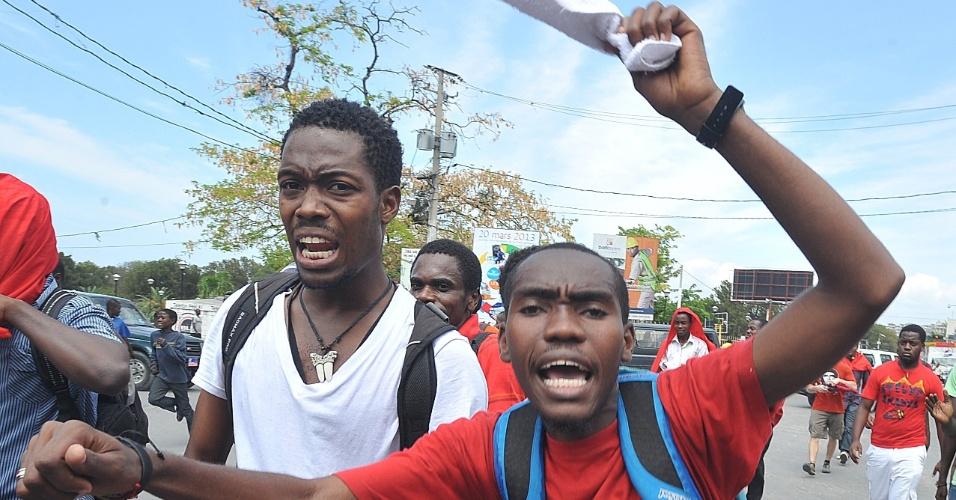 8.mar.2013 - Estudantes haitianos vestidos de vermelho para homenagear o presidente venezuelano Hugo Chávez gritam slogans anti-EUA, durante uma manifestação nesta sexta-feira (8) em Porto Príncipe, capital do Haiti