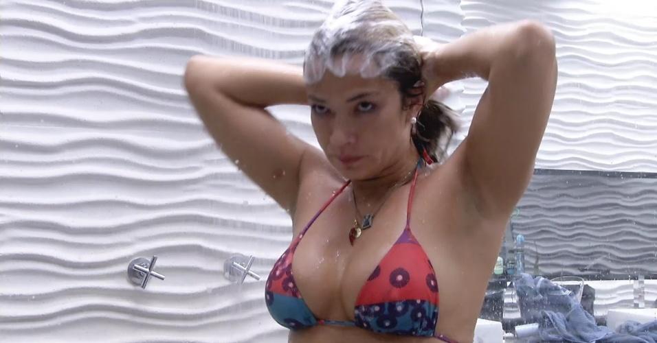 8.mar.2013 - Fani toma banho na casa principal após gerar água quente