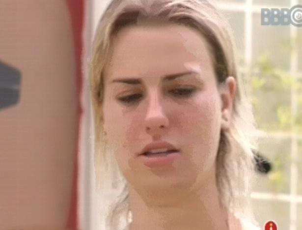 8.mar.2013 - Fernanda chora após 12 horas em prova de resistência; ela disputa a liderança com Nasser e André