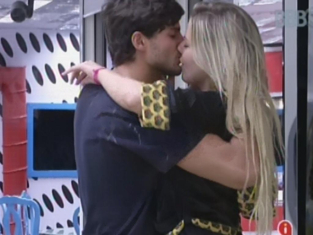 8.mar.2013 - Fernanda e André trocam beijos na sala