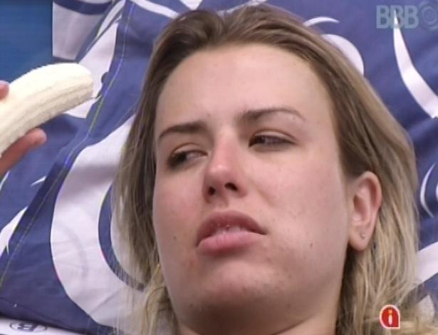 8.mar.2013 - Fernanda reclama das dores, mas diz a Kamilla que resistiu na prova por ela