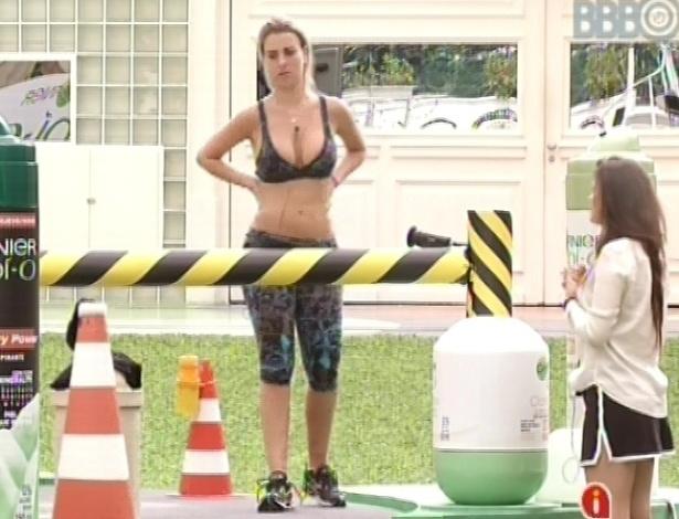 8.mar.2013 - Kamilla canta músicas para animar Fernanda, que não consegue nem responder