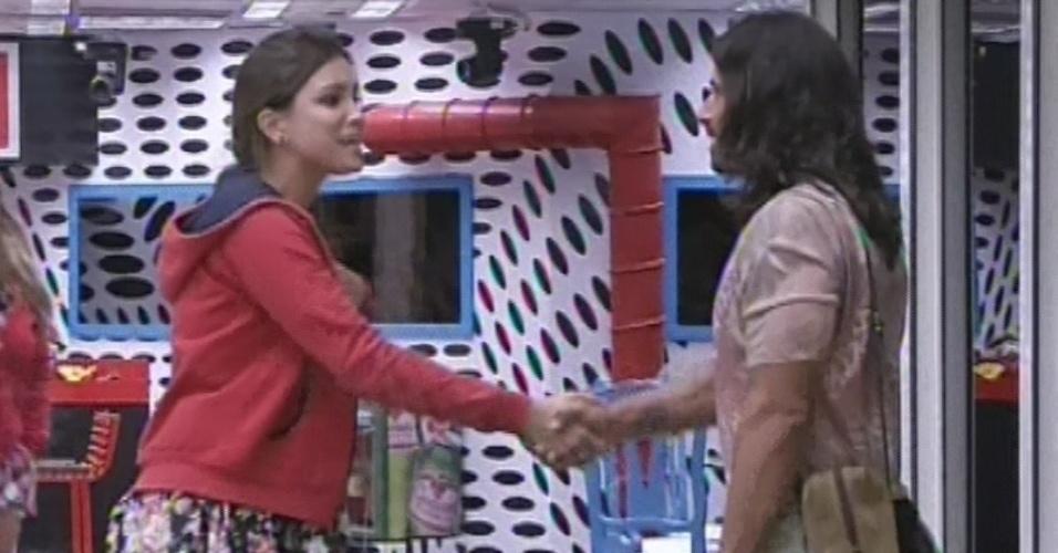 8.mar.2013 - Kamilla cumprimenta Miguel ao ver falso brother entrando na casa