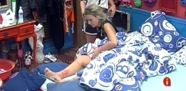 8.mar.2013 - Kamilla entrega remédio a Fernanda, que ficou com as pernas vermelhas e inchadas após mais de 12 horas em prova de resistência