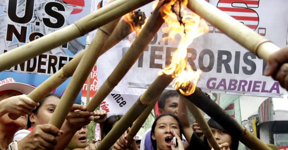8.mar.2013 - Filipinas queimam efígie durante protesto que marca o Dia Internacional da Mulher em Manila