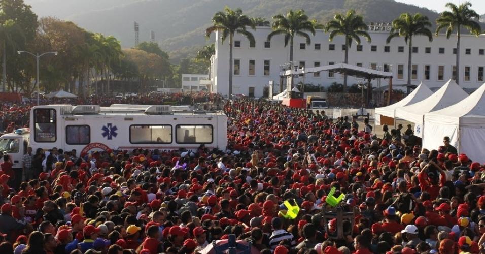 8.mar.2013 - Multidão aguarda oportunidade de dar adeus a Hugo Chávez, em Caracas, na Venezuela. O governo calcula que mais de 2 milhões de pessoas se mobilizaram no país para prestar a última homenagem ao presidente, que está sendo velado na Academia Militar