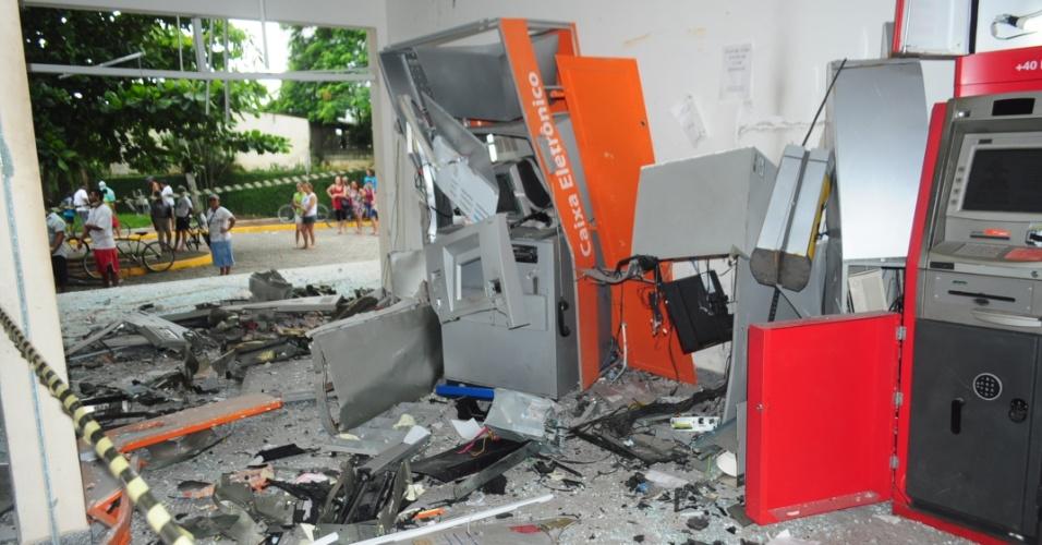 8.mar.2013 - Na madrugada desta sexta-feira (8) um grupo de 15 homens explodiu com dinamite dois caixas eletrônicos na rodoviária de Peruíbe, no litoral de São Paulo. Ninguém ficou ferido