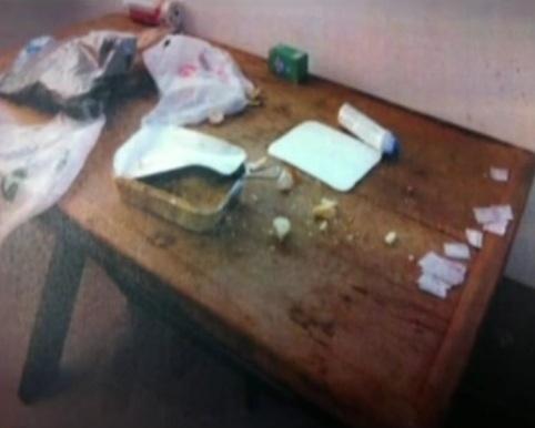 8.mar.2013 - No apartamento do cantor em Pinheiros foi encontrado resto de comida numa mesa