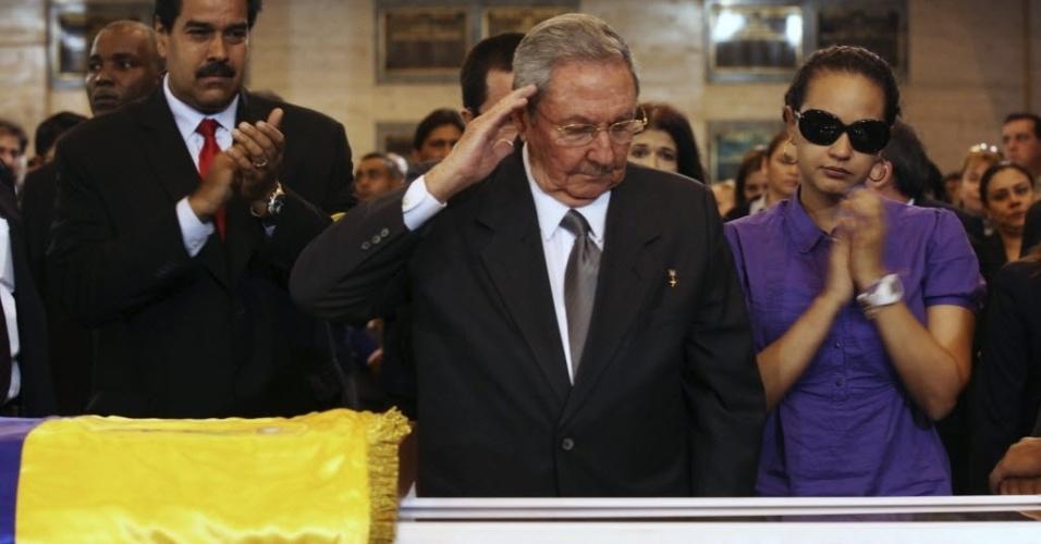 8.mar.2013 - O presidente de Cuba, Raúl Castro (ao centro), durante o velório de Hugo Chávez, nesta sexta-feira (8), em Caracas, acompanhado do presidente interino da Venezuela, Nicolás Maduro, e da filha de Hugo Chávez, Viriginia Chávez. O funeral começará nesta sexta-feira (8), às 11h do horário local (12h30 de Brasília)