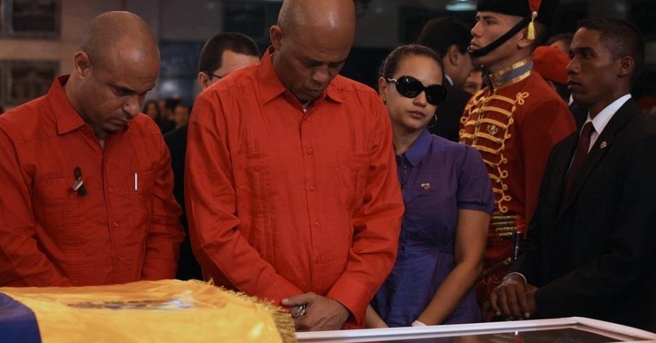 8.mar.2013 - O presidente do Haiti, Michel Martelly (ao centro), vai ao velório de Hugo Chávez, em Caracas. O funeral, do qual participarão cerca de 50 chefes de Estado, começará nesta sexta-feira (8), às 11h do horário local (12h30 de Brasília)