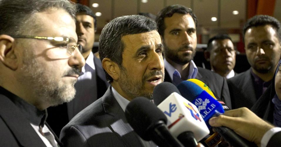 8.mar.2013 - O presidente do Irã, Mahmud Ahmadinejad, fala com jornalistas ao chegar em Caracas (Venezuela) para acompanhar o funeral do presidente Hugo Chávez
