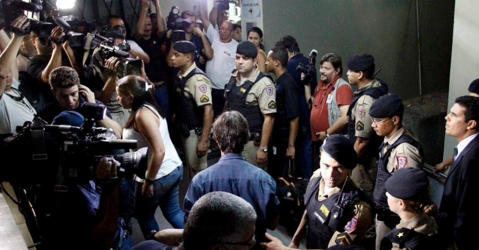 8.mar.2013 - Policia retira imprensa do tribunal do júri no julgamento de Bruno Fernandes, no fórum Pedro Aleixo, em Contagem (MG), antes da leitura da sentença pela juíza Marixa Fabiane Lopes
