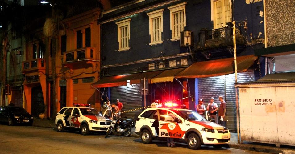 8.mar.2013 - Policial militar é baleado dentro de um bingo que funcionava na rua das Palmeiras, no bairro Santa Cecília, região central de São Paulo, na madrugada desta sexta-feira (8). Segundo testemunhas, bandidos invadiram o local para fazer um assalto e dispararam contra o policial
