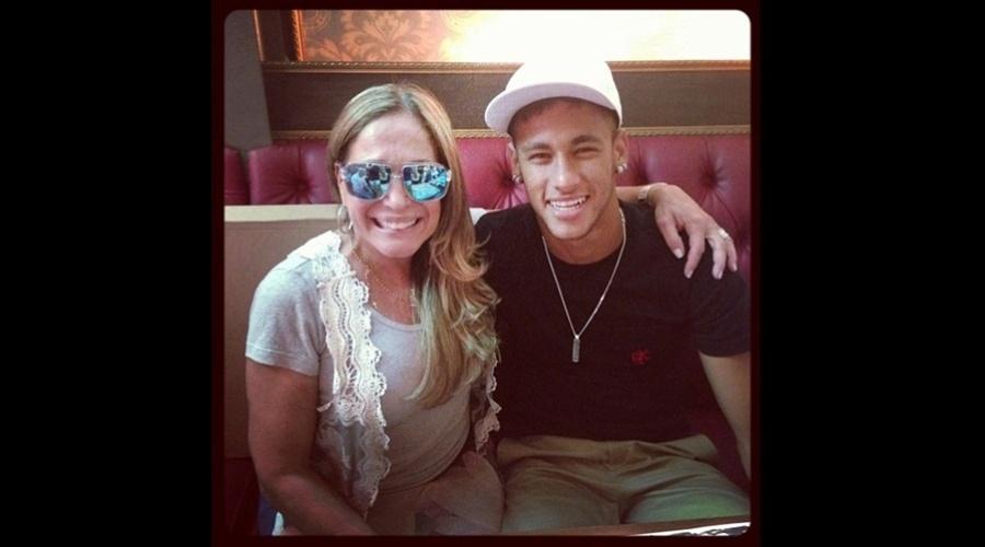 8.mar.2013 - Susana Vieira se encontrou com Neymar e fez questão de tietar o jogador