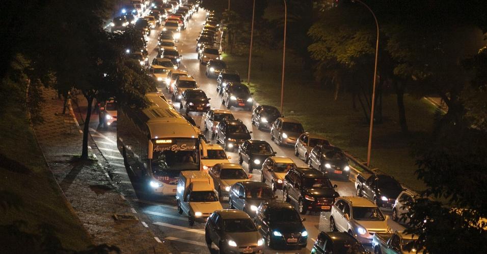 8.mar.2013 - Trânsito intenso na avenida 23 de Maio, sentido centro, em São Paulo